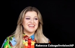 Penyanyi dan aktris Kelly Clarkson berpose untuk sebuah potret di Four Seasons Hotel di Los Angeles, 14 April 2019. (Foto: Rebecca Cabage/Invision/AP)