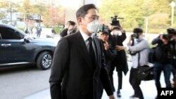 Wakil ketua Samsung Electronics Lee Jae-yong tiba di pemakaman mendiang ketua Samsung Electronics Lee Kun-Hee di Seoul pada 25 Oktober 2020. (Foto: AFP/Yonhap)