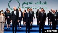 Sekretari i Përgjithshëm i NATO-s Jens Stoltenberg, Ministri i Jashtëm italian Luigi Di Maio dhe Sekretari amerikan i Shtetit Antony Blinken duke pozuar për foton e ministerialit të koalicionit global për Sirinë dhe Shtetin Islamik (Romë, 28 qershor 2021).
