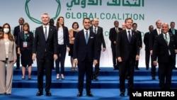Sekjen NATO Jens Stoltenberg, Menteri Luar Negeri Amerika Serikat (AS) Antony Blinken, dan Menteri Luar Negeri Italia Luigi Di Maio berfoto bersama dalam pertemuan tingkat menteri koalisi global anti-ISIS di Roma, Senin, 28 Juni 2021.
