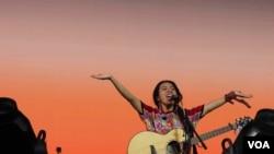 La cantautora guatemalteca maya kaqchikel Sara Curruchich afirma que concibió el proyecto hace alrededor de un año. Foto cortesía de Cristian Dávila, de su equipo de producción.