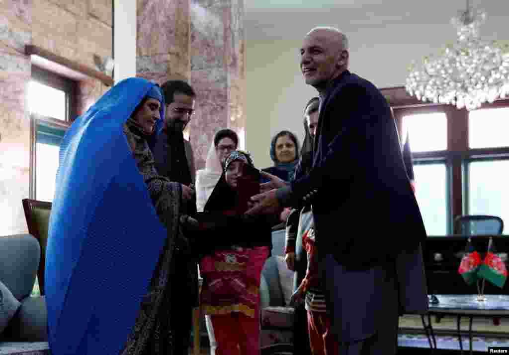 អ្នកស្រី Sharbat Gula (ខាងឆ្វេង) ជា «ក្មេងស្រីអាហ្វហ្គានីស្ថានភ្នែកពណ៌បៃតង» ដែលរូបថតនៅឆ្នាំ ១៩៨៥ នោះនៅក្នុងទស្សនាវដ្តី National Geographic បានក្លាយជានិមិត្តរូបមួយនៃសង្រ្គាមនៅក្នុងប្រទេសរបស់អ្នកស្រី។ អ្នកស្រីបានទទួលសោរអគារស្នាក់នៅពីប្រធានាធិបតីអាហ្វហ្គានីស្ថានលោក Ashraf Ghani បន្ទាប់ពីអ្នកស្រីបានមកដល់ក្រុងកាប៊ុល។ មន្រ្តីប៉ាគីស្ថានបាននិយាយថា អ្នកស្រី Gula ត្រូវបានបញ្ជូនមកកាន់ប្រទេសកំណើតរបស់អ្នកស្រីវិញ។