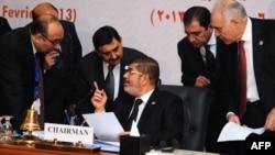 7일 카이로에서 열린 이슬람협력기구 정상회의에서 무함마드 무르시 이집트 대통령. (가운데)