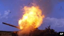 卡扎菲軍隊的坦克在聯軍轟炸中爆炸 (資料圖片)
