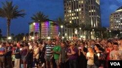 奥兰多民众聚集悼念和吊唁枪击惨案遇难者。