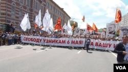 去年6月12日莫斯科市中心的反政府大游行,示威者要求社会自由和释放政治犯。(美国之音白桦拍摄)