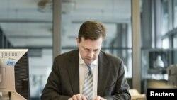 Phát ngôn viên chính phủ Đức Steffen Seibert trả lời các câu hỏi trên computer trong một cuộc phỏng vấn