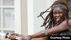 """Danai Gurira, dans le rôle de Michonne, combat les zombies dans une scène de """"The Walking Dead."""" (Photo courtoisie de AMC)"""