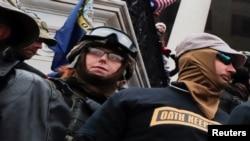 ARHIVA - Članovi paravojne grupe Čuvari zakletve stoje među pristalicama predsjednika Trumpa za vrijeme protesta zbog izbornih rezultata, 6. januara 2021.