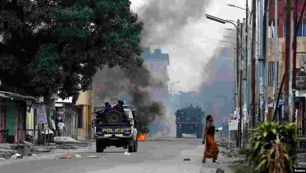 Des policiers congolais passent devant des barricades lors d'une manifestations dans les rues de Kinshasa, en RDC, le 20 décembre 2016.