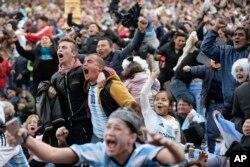 Los fanáticos del fútbol celebran el gol argentino de Marcos Rojo durante una transmisión en vivo del partido de fútbol de la Copa Mundial Rusia 2018 contra Nigeria, en Buenos Aires, Argentina, el martes 26 de junio de 2018. (Foto AP Jorge Saenz)
