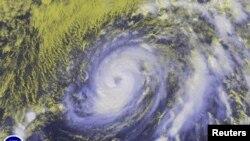 Badai Nicole terlihat di Samudera Atlantik dari gambar satelit yang diambil oleh pusat badai nasional Amerika (11/10).