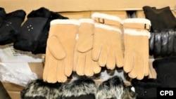 资料照片:美国海关和边境保护局宣布在洛杉矶/长滩海港扣押源自新疆涉嫌为强迫劳动产品的一批女式皮手套。(2020年10月15日)