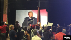 """Attendees of the """"humanity united against terror"""" event hosted by the Republican Hindu Coalition scramble to take photos of presidential candidate Donald Trump. (E. Sarai/VOA)"""