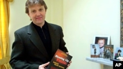 """Foto de archivo de Alexander Litvinenko, exespía de la KGB y autor del libro """"Haciendo explotar a Rusia: Terror desde dentro"""", que fue asesinado en 2006."""