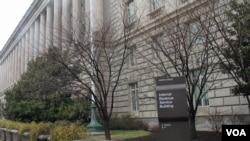 美国国税局(IRS)在华盛顿的总部大楼(美国之音王南拍摄)
