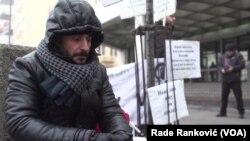 Amran Kalifa, izbeglica iz Libije, od 18. novembra svakodnevno protestuje ispred Ambasade Kanade u Beogradu zbog lošeg tretmana njega i njegove porodice, u Beogradu, 17. januara 2020. (Foto: Rade Ranković, VoA)