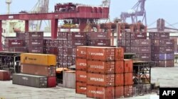 Kontainer barang-barang impor diturunkan di pelabuhan Tanjung Priok, Jakarta (foto: dok).