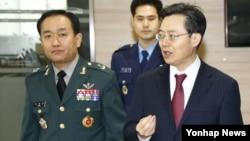 한국의 황준국 외교부 미·한 방위비 분담협상 대사(오른쪽)가 12일 외교부에서 주한미군 방위비 분담금 협상 결과를 브리핑한 뒤 취재진의 추가 질문에 답하며 이동하고 있다. 한국의 올해 분담금은 지난해보다 5.8% 인상된 9천200억원으로 확정됐다.