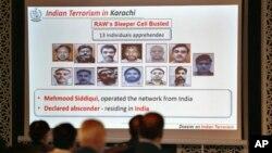 Para wartawan Pakistan memperhatikan foto-foto diduga pelaku serangan terorisme yang menurut pejabat militer Pakistan disponsori oleh India, dalam konferensi pers di Islamabad, Pakistan, Sabtu, 14 November 2020. (Foto: AP)