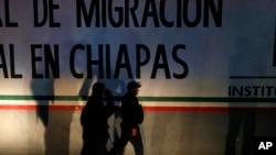 Cảnh sát liên bang đi vào trung tâm tạm giam người di dân ở Tapachula, bang Chiapas của Mexico, hôm 25/4. Hàng trăm di dân, chủ yếu là người Cuba, đã trốn thoát khỏi trung tâm này.