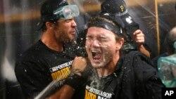 Los Piratas celebran su pase a los playoffs del beisbol de Grandes Ligas al derrotar a los Cachorros de Chicago.
