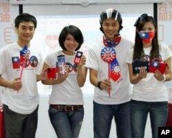 """为马英九助选的团体""""台湾加油赞""""的发言人马玮国(左二)"""