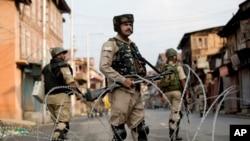 Des soldats indiens montent la garde lors du couvre-feu à Srinagar, dans le Cachemire indien, le mercredi 7 août 2019.