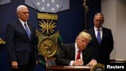 သမၼတအမိန္႔ ၂ ရပ္ကို Donald Trump လက္မွတ္ေရးထုိးေနစဥ္၊ ၂၇ ဇန္န၀ါရီ ၂၀၁၇။