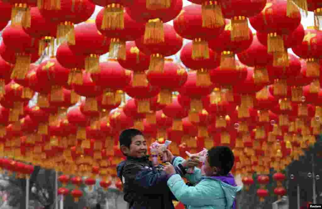 중국 구정이 가까워오는 가운데, 베이징의 한 공원에 새해 맞이 등이 장식되어 있다.
