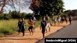 Crianças a caminho da escola (Arquivo)