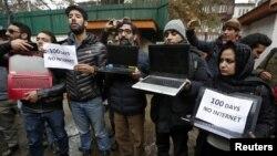 انٹرنیٹ سہولت نہ ہونے پر، لیپ ٹاپ اٹھا کر کشمیری صحافیوں نے مظاہرہ کیا (فائل)