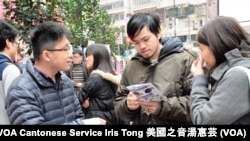 香港政治漫畫家阿塗(中)參觀反普教中街頭展覽 (攝影﹕美國之音湯惠芸)