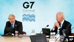 រូបឯកសារ៖ នាយករដ្ឋមន្ត្រីអង់គ្លេស លោក Boris Johnson ថ្លែងសុន្ទរកថា ខណៈប្រធានាធិបតីសហរដ្ឋអាមេរិក លោក Joe Biden អង្គុយស្ដាប់ ក្នុងអំឡុងពេលនៃកិច្ចប្រជុំ G-7 នៅសណ្ឋាគារ Carbis Bay ប្រទេសអង់គ្លេស ថ្ងៃទី១១ ខែមិថុនា ឆ្នាំ២០២១។