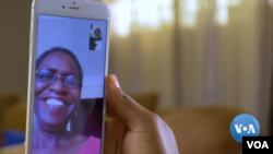 La abuela ayuda y da consejos a su hija por medio de videollamadas. [Foto de video original de Voice of America].