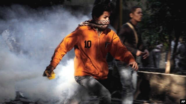 Sukobi egipatskih demonstranata sa policijom na trgu Tahrir u Kairu
