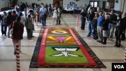 La nostalgia también invadió a los compatriotas al admirar una proyección de imágenes de diferentes lugares turísticos del territorio hondureño.