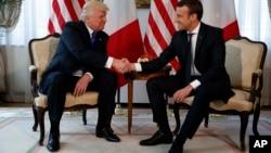Donald Trump serre la main à Emmanuel Macron lors d'une réunion entre les deux chefs d'État, le 25 mai 2017.
