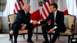 Presiden Amerika Serikat Donald Trump berjabat tangan dengan Presiden Emmanuel Macron dalam pertemuan di Keduataan AS di Brussels, 25 Mei 2017 (Foto: dok).