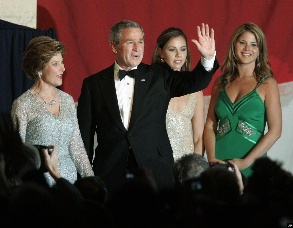 2005年1月20日,美國總統小布什和第一夫人勞拉·布什以及他們的女兒出席在華盛頓希爾頓酒店舉行的就職舞會,布什總統向人群揮手致意。 他們分別是老布什夫婦的兒子、兒媳和孫女。