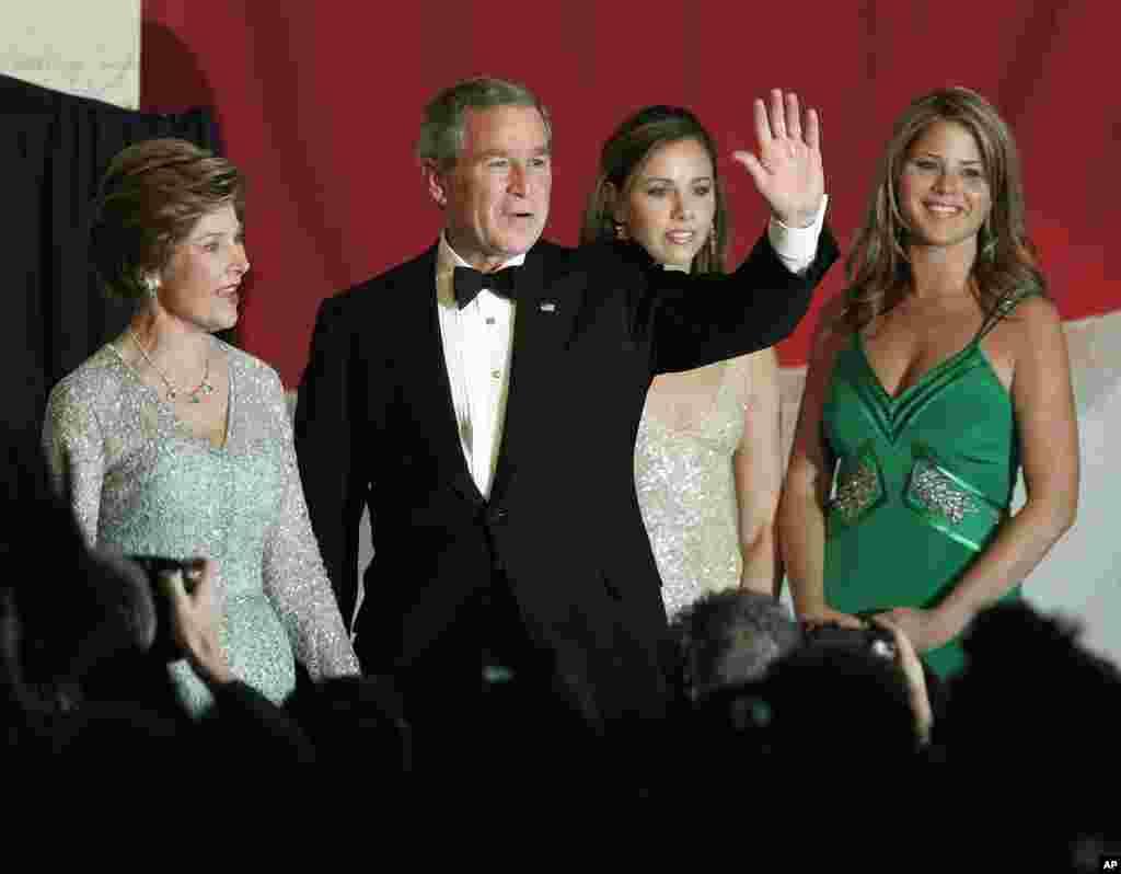 2005年1月20日,美国总统小布什和第一夫人劳拉·布什以及他们的女儿出席在华盛顿希尔顿酒店举行的就职舞会,布什总统向人群挥手致意