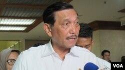 Menteri Koordinator Bidang Kemaritiman Luhut Binsar Pandjaitan ketika ditanya wartawan sebelum rapat dengan Badan Anggaran DPR di Gedung DPR/MPR Senayan, Jakarta, Rabu 14/9 (VOA/Fathiyah).