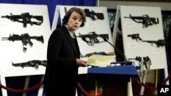 Dianne Feinstein dio a conocer el proyecto de ley teniendo como telón de fondo un muestrario de las armas que serían prohibidas.