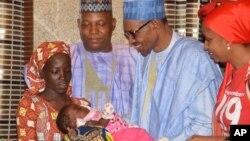 Le Président du Nigeria, Muhammadu Buhari, reçoit Amina Ali, la première rescapée de Chibok au palais présidentiel à Abuja, Nigeria, 19 mai 2016.