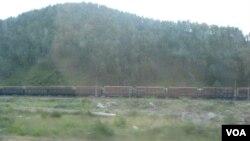 俄罗斯后贝加尔地区,西伯利亚大铁路上满载木材的火车。(美国之音白桦拍摄)