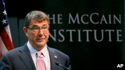 Menteri Pertahanan AS, Ashton Carter di McCain Institute, Arizona State University, di Tempe, Arizona, 6 April 2015 (AP Photo/Matt York).