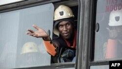 Un minier secouru dans une mine à Theunissen, Afrique du Sud, le 2 février 2018.