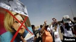 ABD Kahire Büyükelçisinin Mursi yanlısı konuşmasını protesto eden göstericiler