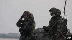 Binh sĩ thủy quân lục chiến Nam Triều Tiên tuần tra trên đảo Yeonpyeong gần vùng biển Hoàng Hải có tranh chấp