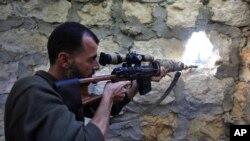Tentara pemberontak Suriah mengambil posisi di Aleppo, kota pusat perdagangan Suriah (14/11).